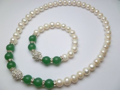 Genuine 10mm White Fresh Water Pearls w/12mm Green Stone Necklac