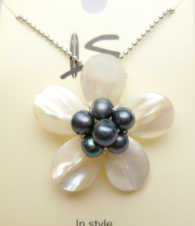 30mm White MOP Flower w/ black fresh water pearl w/ball chain 18